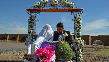 مراسم ازدواج زوج هنرمند میانه ای در کنار پل تاریخی
