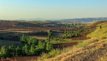 نمایی از پل راه آهن و طبیعت ترکمنچای