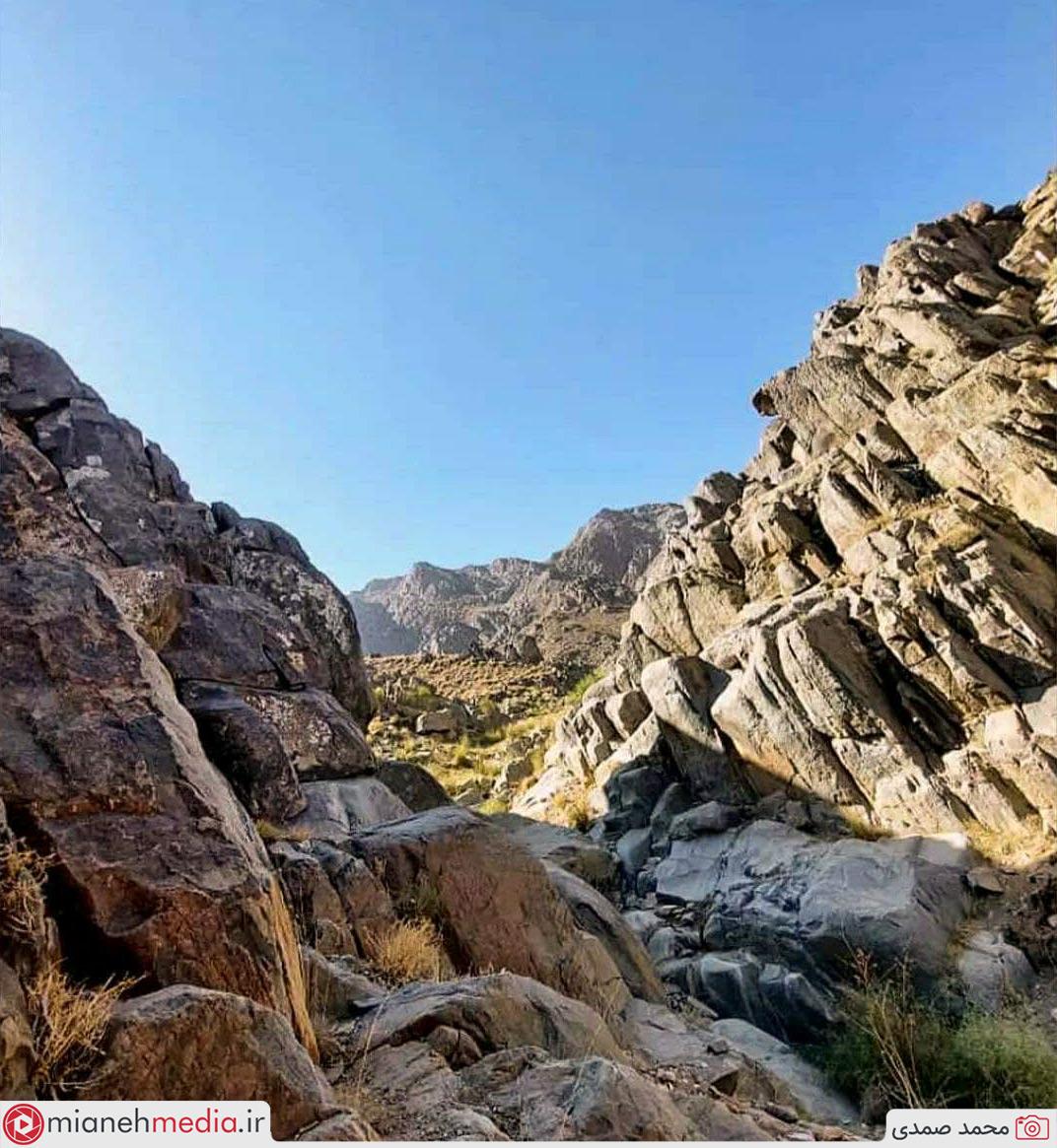 دورنمای قله آغ داغ رشته کوه بوزقوش با ارتفاع بیش از ۳۳۰۰ متر، از زاویه قله یللی با ارتفاع ۳۱۰۰ متر