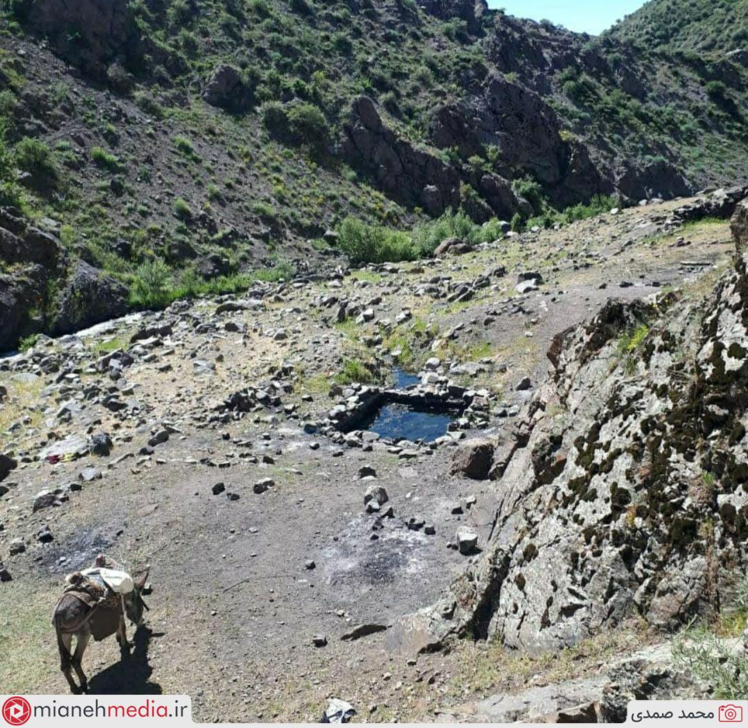 چشمه آبگرم (ایستی سو) واقع در دامنه کوهستان بوزقوش مشرف به روستای چرن